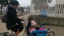 Iris com os dois filhos numa Gazelle Cabby