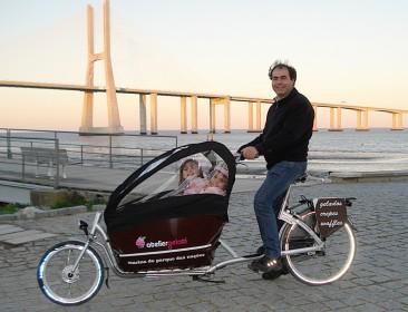 Jaime com as duas filhas numa Gazelle Cabby